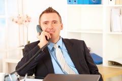Uomo d'affari felice sul telefono fotografie stock libere da diritti