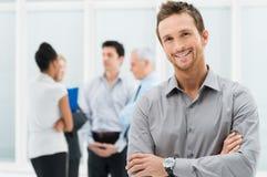 Uomo d'affari felice in ufficio Immagini Stock Libere da Diritti