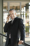 Uomo d'affari felice Using Cell Phone Fotografie Stock Libere da Diritti