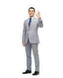 Uomo d'affari felice in vestito che mostra il segno giusto della mano Fotografie Stock Libere da Diritti