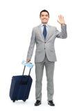 Uomo d'affari felice in vestito con la borsa di viaggio Fotografie Stock Libere da Diritti