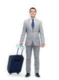 Uomo d'affari felice in vestito con la borsa di viaggio Immagine Stock