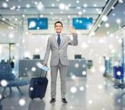 Uomo d'affari felice in vestito con la borsa di viaggio Fotografia Stock