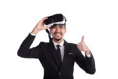 Uomo d'affari felice in vestito e vetri virtuali che mostrano i pollici su isolati su fondo bianco Immagini Stock Libere da Diritti