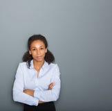 Uomo d'affari femminile con le armi attraversate Fotografia Stock Libera da Diritti