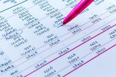 Uomo d'affari finanziario Workspace della scrivania di statistiche del grafico Fotografia Stock