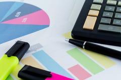 Uomo d'affari finanziario Workspace della scrivania di statistiche del grafico Immagine Stock
