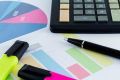 Uomo d'affari finanziario Workspace della scrivania di statistiche del grafico Fotografia Stock Libera da Diritti