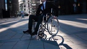 Uomo d'affari fisicamente disabile Lui che gira la sua sedia a rotelle nella parte anteriore della macchina fotografica archivi video
