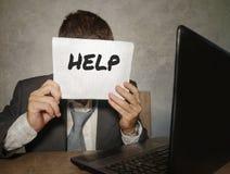 Uomo d'affari frustrato disperato al blocco note della tenuta dello scrittorio del computer di ufficio con il hashtag me troppo m immagine stock libera da diritti