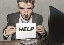 Uomo d'affari frustrato disperato al blocco note della tenuta dello scrittorio del computer di ufficio con il hashtag me troppo m immagini stock