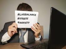 Uomo d'affari frustrato disperato al blocco note della tenuta dello scrittorio del computer di ufficio con il hashtag me troppo m immagine stock