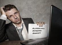 Uomo d'affari frustrato disperato al blocco note della tenuta dello scrittorio del computer di ufficio con il hashtag me troppo m fotografie stock