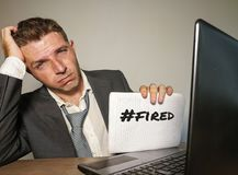 Uomo d'affari frustrato disperato al blocco note della tenuta dello scrittorio del computer di ufficio con il hashtag me troppo m fotografia stock