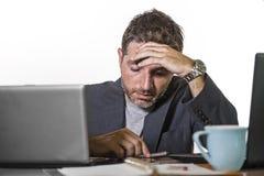 Uomo d'affari frustrato disperato al blocco note della tenuta dello scrittorio del computer di ufficio con il hashtag me troppo m fotografia stock libera da diritti