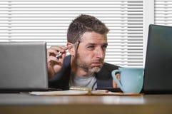 Uomo d'affari frustrato disperato al blocco note della tenuta dello scrittorio del computer di ufficio con il hashtag me troppo m immagini stock libere da diritti