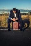 Uomo d'affari frustrato nell'entroterra Fotografia Stock Libera da Diritti