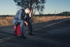 Uomo d'affari frustrato nell'entroterra Immagini Stock