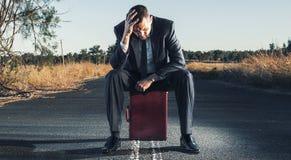 Uomo d'affari frustrato nell'entroterra fotografie stock libere da diritti