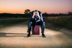Uomo d'affari frustrato nell'entroterra Fotografia Stock