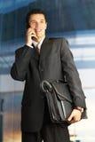 Uomo d'affari fuori di una costruzione moderna Fotografia Stock Libera da Diritti