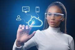 Uomo d'affari futuristico facendo uso di protezione dei dati della rete dell'innovazione Immagini Stock