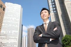 Uomo d'affari giapponese nella città Immagine Stock