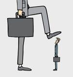 Uomo d'affari gigante che fa un passo su quello più piccolo Immagini Stock