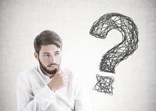 Uomo d'affari giovane barbuto di pensiero, punto interrogativo fotografie stock