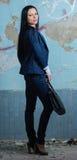Uomo d'affari giovane con la cartella nella vecchia costruzione Fotografie Stock Libere da Diritti