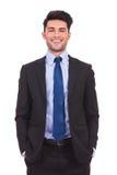 Uomo d'affari giovane di risata che sta con le mani in tasche Fotografia Stock Libera da Diritti