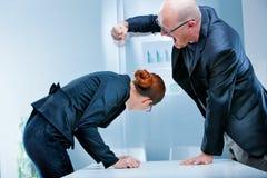 Uomo d'affari grassottello che colpisce una donna di affari scarna Immagini Stock Libere da Diritti