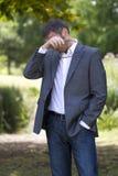 uomo d'affari grigio dei capelli 40s che ha allergie del polline all'aperto Immagini Stock