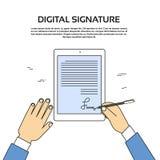 Uomo d'affari Hands Sign Up del computer della compressa della firma di Digital Fotografia Stock Libera da Diritti