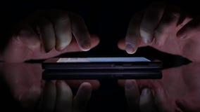 Uomo d'affari Hands Text Using del primo piano un cellulare in un posto scuro stock footage