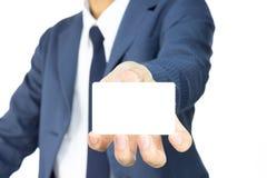 Uomo d'affari Hold Business Card ad a basso livello isolato su fondo bianco Immagine Stock