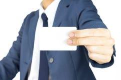 Uomo d'affari Hold Business Card dal dito due sul lato isolato su fondo bianco Fotografie Stock