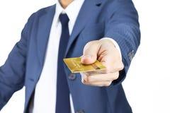 Uomo d'affari Hold Credit Card isolato su fondo bianco Fotografia Stock Libera da Diritti