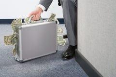 Uomo d'affari Holding Briefcase fotografie stock