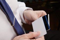 Uomo d'affari Holding Credit Cards Immagini Stock
