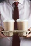 Uomo d'affari Holding Tray Of Takeaway Coffee immagine stock