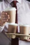 Uomo d'affari Holding Tray Of Takeaway Coffee immagine stock libera da diritti
