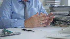 Uomo d'affari Image nella stanza dell'ufficio che Gesturing e che spiega immagini stock