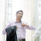 Uomo d'affari indiano che decolla il suo legame Immagini Stock Libere da Diritti