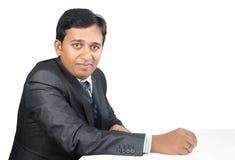Uomo d'affari indiano Posing alla macchina fotografica Immagine Stock Libera da Diritti
