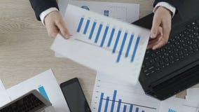 Uomo d'affari insoddisfatto che mostra le statistiche al responsabile, crisi della società sul lavoro archivi video