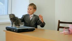 Uomo d'affari And Kitty video d archivio