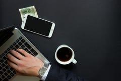 Uomo d'affari La mano dell'uomo che scrive su un computer portatile Immagine Stock