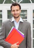 Uomo d'affari latino sorridente con lavoro di ufficio Fotografie Stock