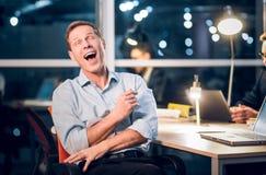 Uomo d'affari Laughing in ufficio Immagini Stock